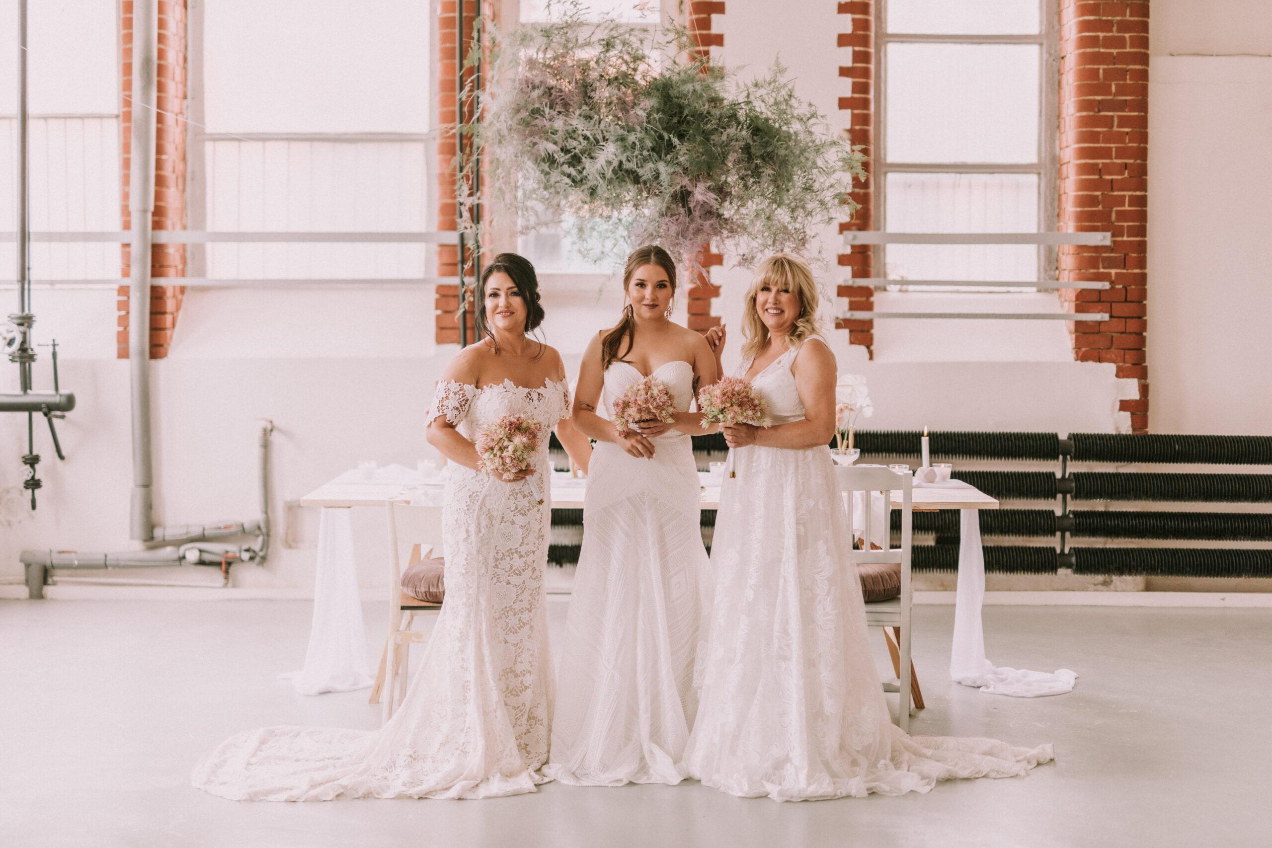 Papeteria ślubna w stylu Modern Vintage w niezwykłej sesji zdjęciowej ukazującej trzy pokolenia pięknych kobiet.